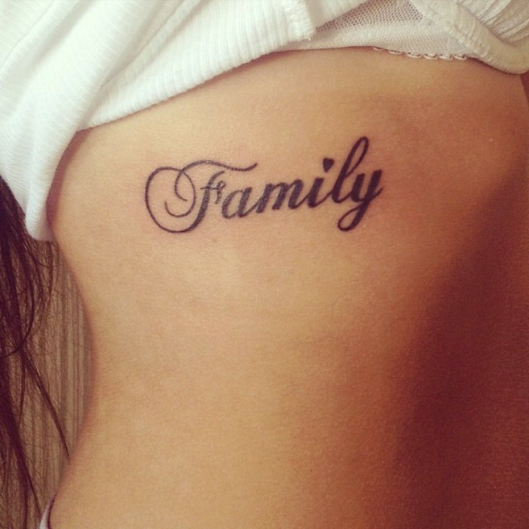 Pequeño Tatuaje Que Dice Family Palabra En Inglés Que Significa