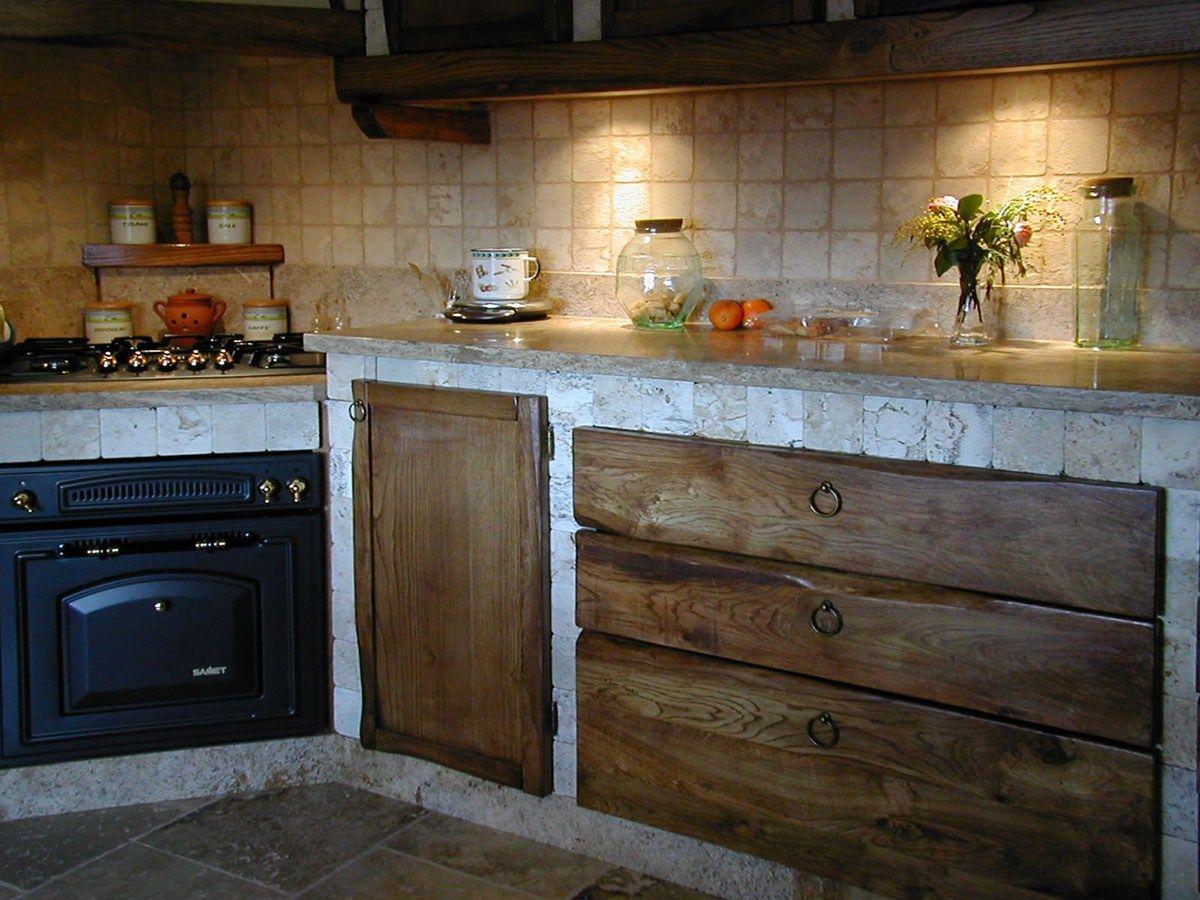 Cucina in muratura con rivestimento in travertino | Cucine | Pinterest