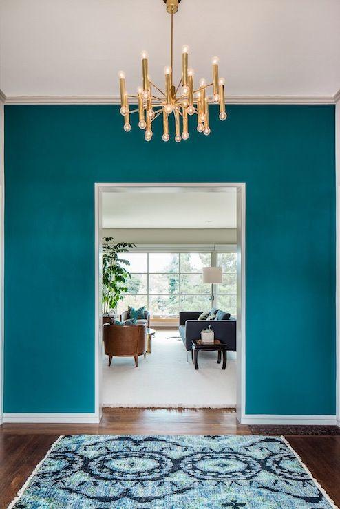 mooie foyer waarbij de wanden in een aqua kleur uit het
