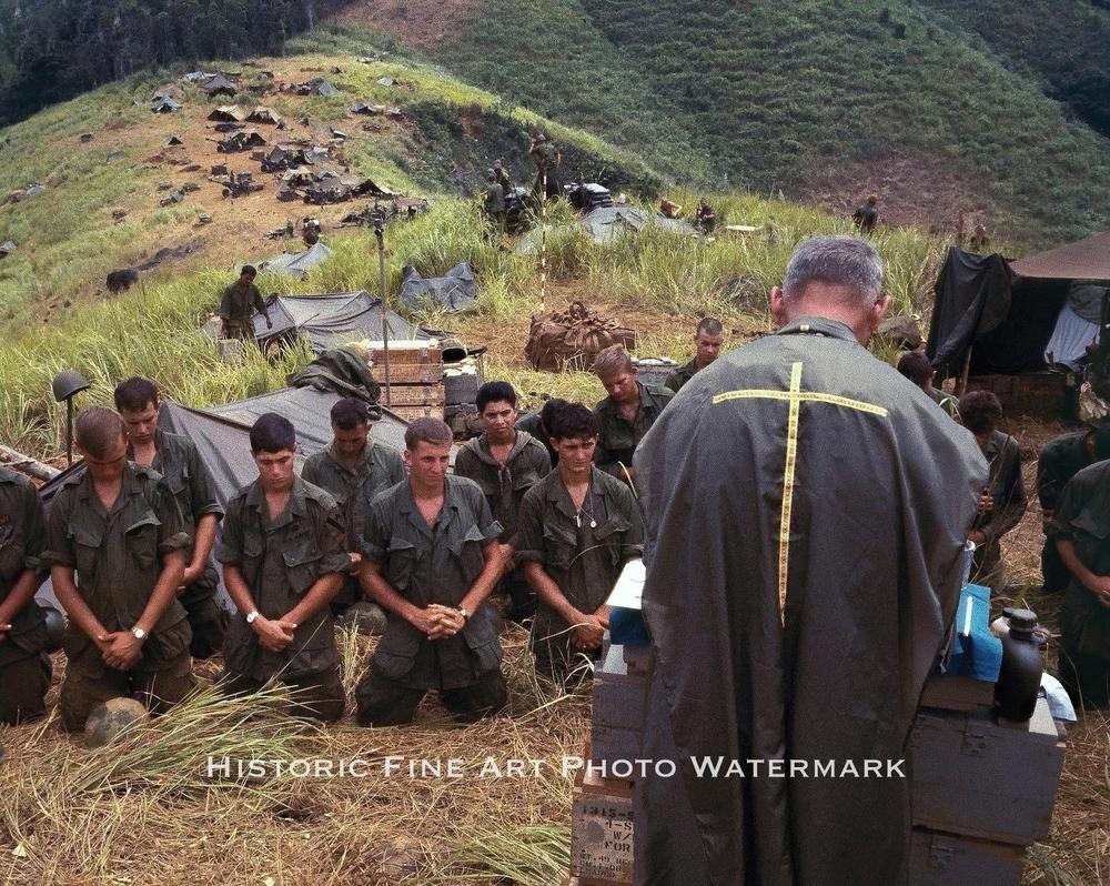 VIETNAM WAR PHOTO US ARMY SOLDIERS PRAYER BEFORE BATTLE 1968