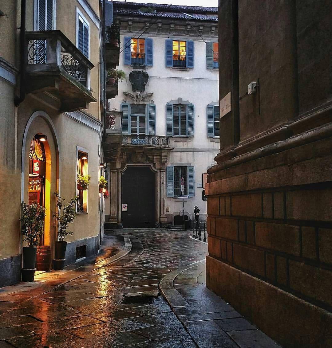 Via San Maurilio Milano via zebedia, milano. sullo sfondo palazzo trivulzio