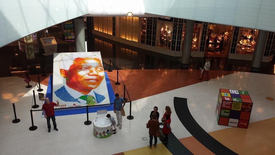 Desafío conseguido! El coruñés Ernesto Fernández batió en Marineda City el récord mundial de mosaico construido por una sola persona con cubos Rubik previamente desordenados al azar. 4.664 piezas para formar el rostro de un icono de la humanidad, Nelson Mandela.  #RETORUBIKMC
