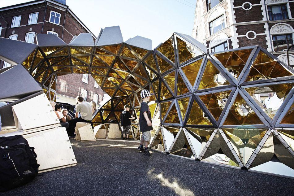 PROJEKT DISTORTION 1.0 er en pavilion designet eksklusivt til Københavns Distortion festival. Den sanselige pavilion mixer lys, lyd, rum og de uendeligt transformerbare reflektioner til en ny virkelighed.Den digitalt fabrikerede, rekonfigurerbare og mobile pavilion er lavet af 151 individuelt afstemte lyd- og lys kegler, der er skåret i et akustiskt absorberende materiale.  kuubo.dk