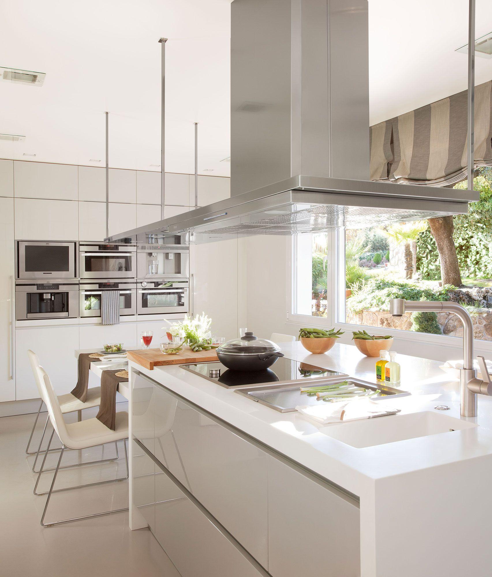 Cocina de dise o moderno con isla en blanco y gris for Cocinas pequenas disenos modernos
