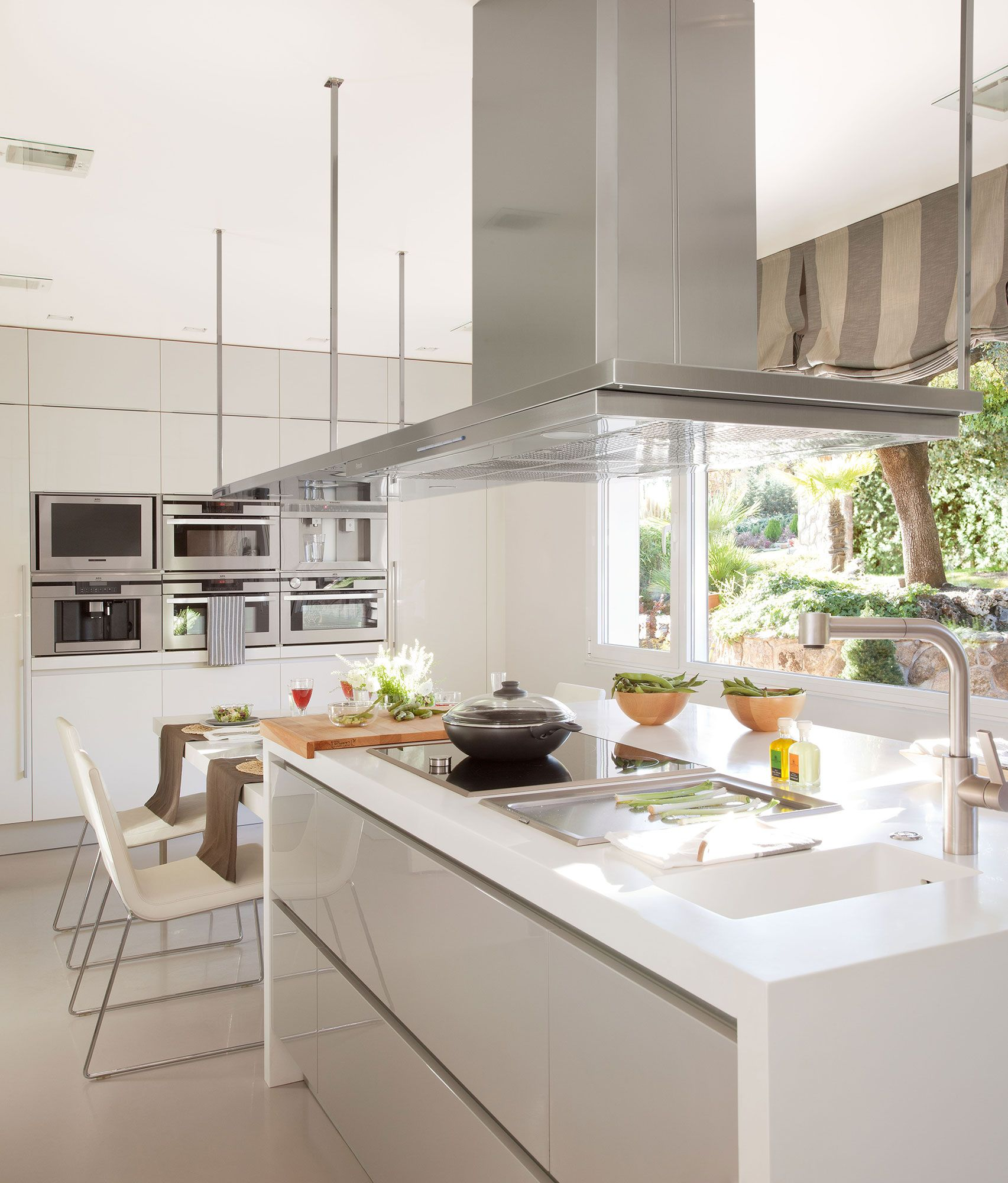 Cocina de dise o moderno con isla en blanco y gris for Isla cocina comedor