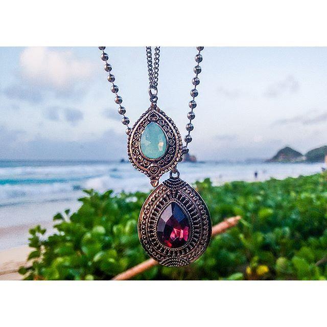 detalhes do longuinho 2 gotas que nós amamos de montão! 😱😍 aqui: http://goo.gl/V6diBS  #milacoelhopelomundo #noronha #mandala #colar #longuinho #colares #milacoelho #acessórios #floripa #fashion #fashionjewelry