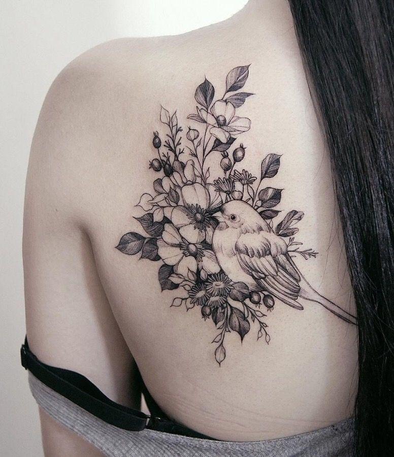 Rücken Vogel Tattoomotiv schwarz weiß #blumentattoo #