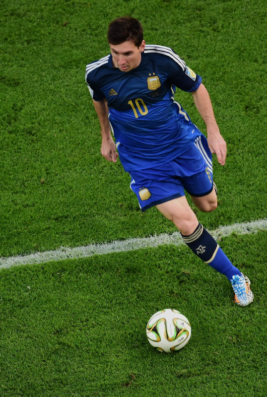 Argentina S Lionel Messi Controls The Ball During The World Cup Final Soccer Match Between Germany And Argentina At Th Fotos De Messi Lionel Messi Futbol Messi