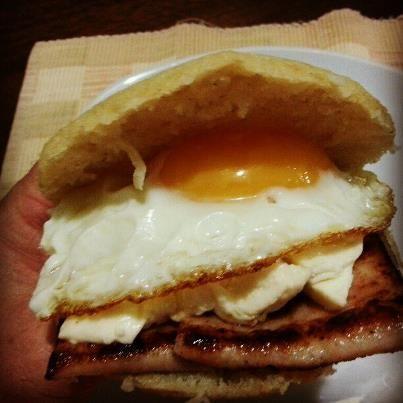 Salchicha, queso y huevo frito! | Arepas | Pinterest