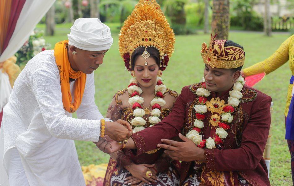 Anola And Wizley Indian Wedding Ceremony With Balinese Traditional Wedding Custom Indian Wedding Ceremony Wedding Ceremony Indian Wedding