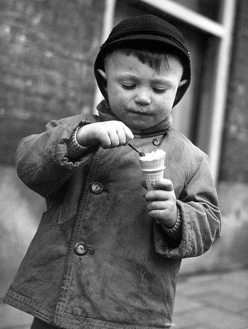 Jongetje met een ijsje in Crooswijk, Rotterdam, Nederland, 1959.  Boy with an ice cream, Crooswijk, Rotterdam, The Netherlands,1959.
