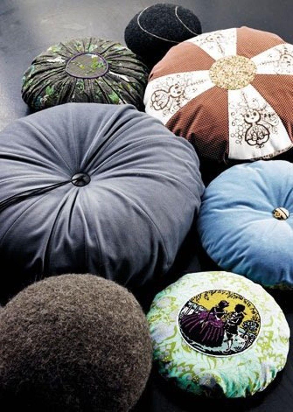 Pøller, puder og runde former. Mix tekstilerne i alle faconer