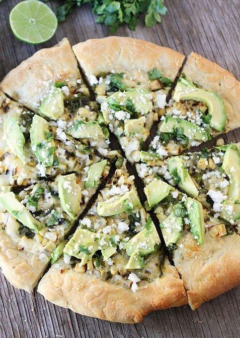 Pizza de elote al carbón con aguacate | 21 Deliciosas maneras de comer aguacate en la cena