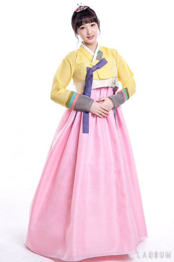 K Pop Idols Wish Viewers A Happy Lunar New Year With Special Photos And Videos Korean Traditional Dress Happy Lunar New Year Hanbok