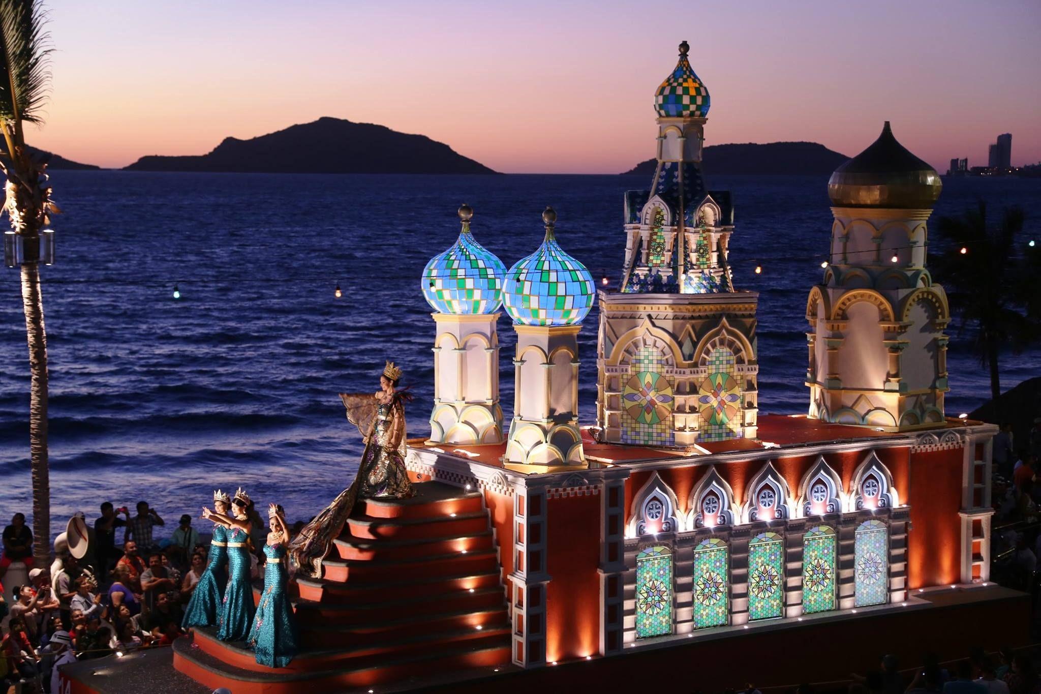 Celebra la vida y la alegría, bailando en el Carnaval de Mazatlán.