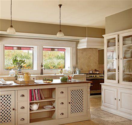 cocina rstica con campana de obra y muebles en blanco