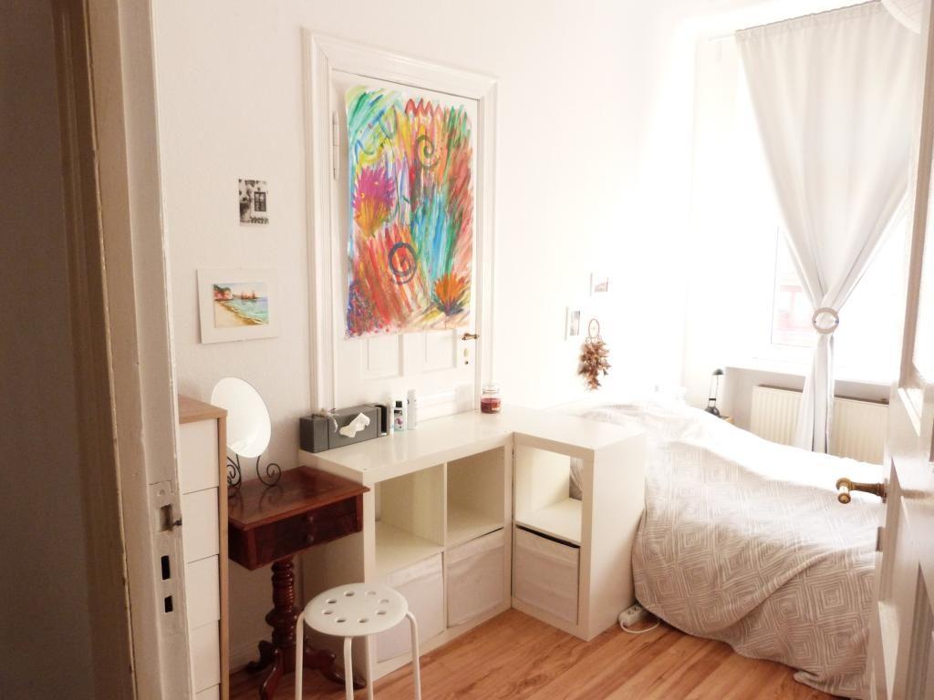 Weiss Mobeliertes Wg Zimmer Mit Farbenfrohem Bild Wg Zimmer Einrichtung Schlafzimmer Wg Zimmer Zimmer Haus Deko