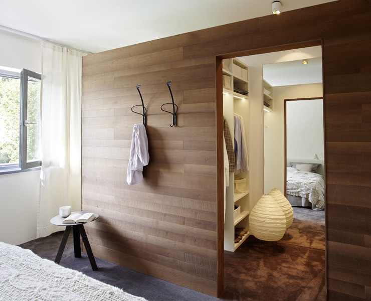 Schön Begehbarer Kleiderschrank Als Einbau In Einen Raum. Sieht Wie Ein  Eigenständiger Raum Ist Es Aber