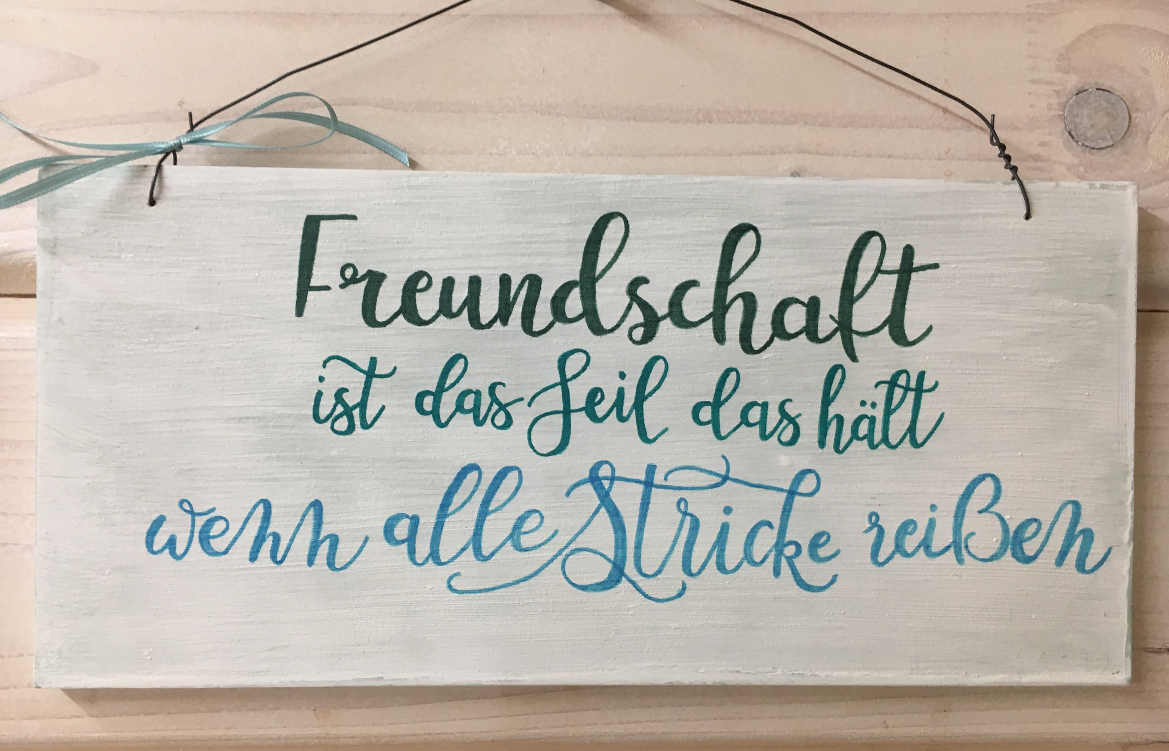 """Holzschild Freundschaft ist das Seil… – wunderschön als Geschenk für liebe Freunde. Das Holzschild """"Freundschaft ist…"""" ist 14 x 30 x 1 cm groß. #hobbys"""
