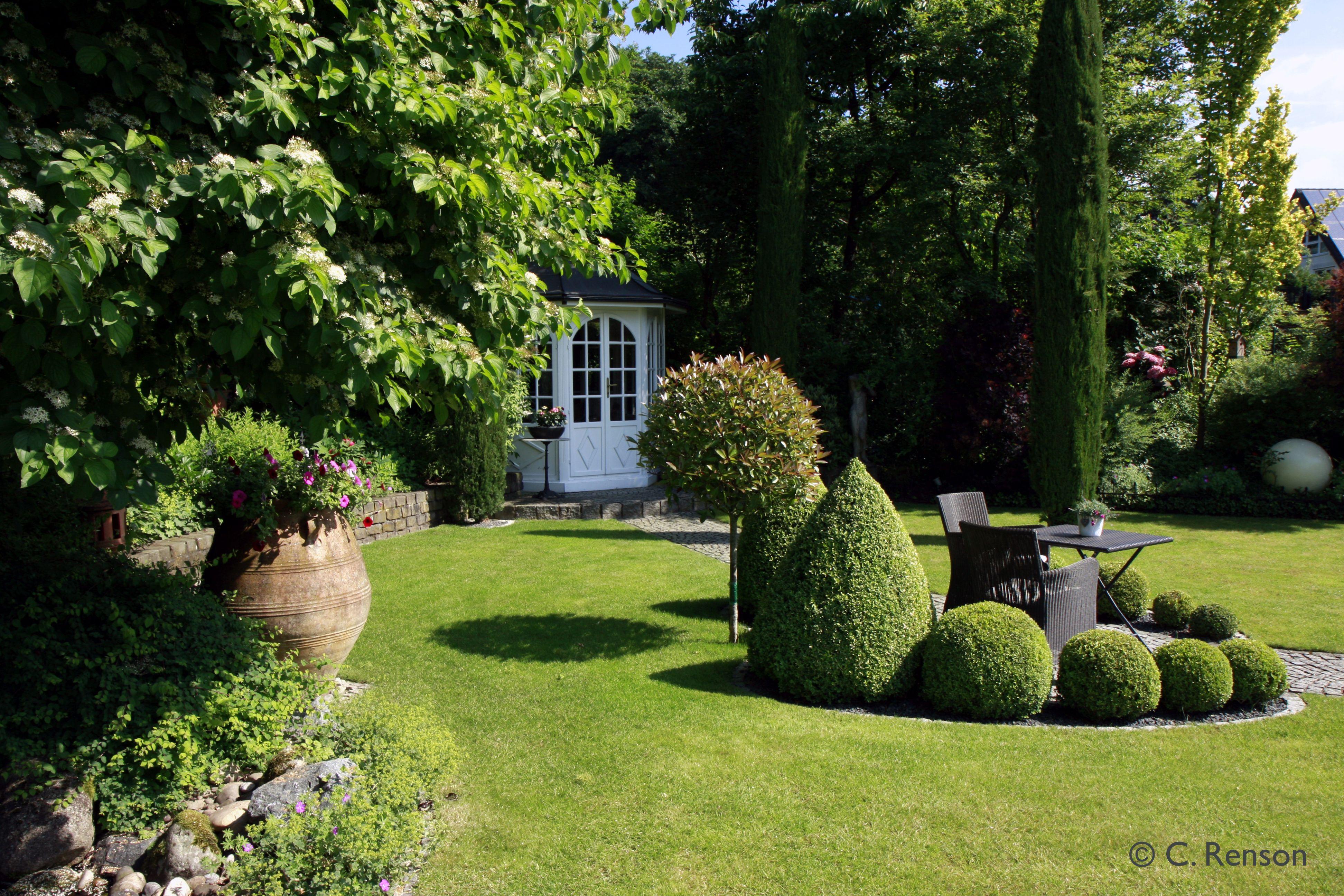 Formspiel in gr n kugeln kegel s ulen aus buchsbaum und zypresse sitzplatz im romantischen - Gartengestaltung mit buchsbaum ...