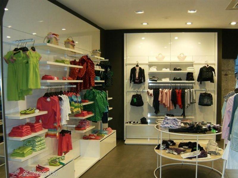Agencement intérieur complet et rénovation de magasin de prêt à porter aménagement et visuel réalisés au préalable sur plan