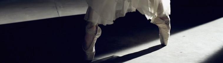 """Con la participación de los primeros bailarines de San Francisco, Maria Kochetkova y Joan Boada, """"Francesca Da Rimini"""" es un experimento en el que se utiliza una cámara robotizada controlada para capturar los movimientos del ballet; revelando inspiración, lo artistico y la tecnología."""