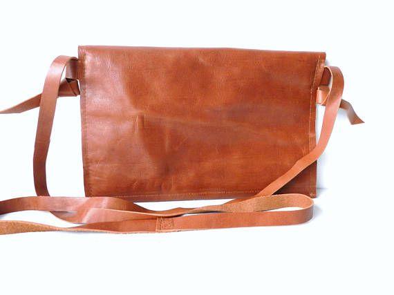 8ad71b032d2 Leren handtas met klep. De crossbody tas is gemaakt van mooi middenbruin  glanzend leer.