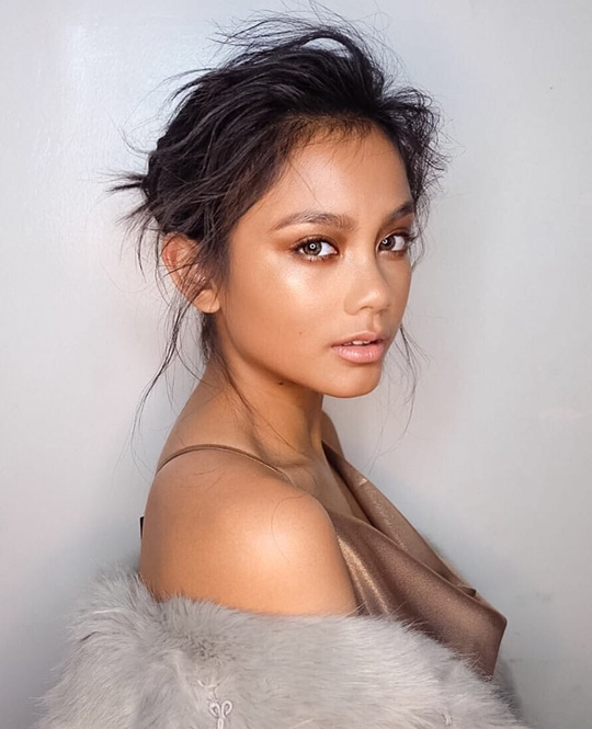 Morena beauty Ylona Garcia uses Air Optix Colors Pure