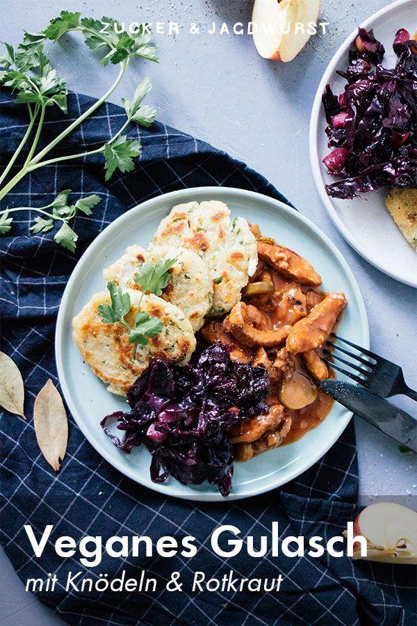 Veganes Gulasch mit Pfannenknödeln & Rotkraut - Zucker&Jagdwurst