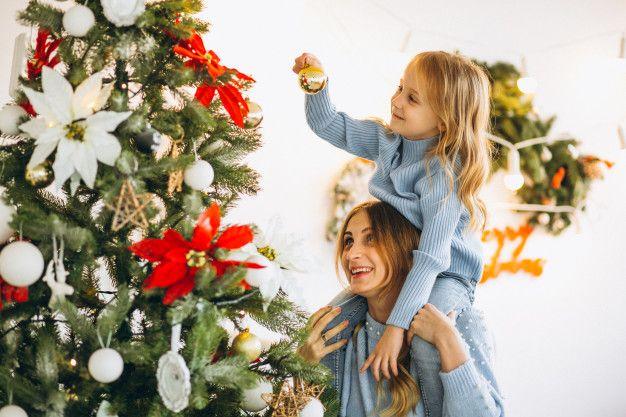 Madre Con Hija Decorar árbol De Navidad Foto Gratis