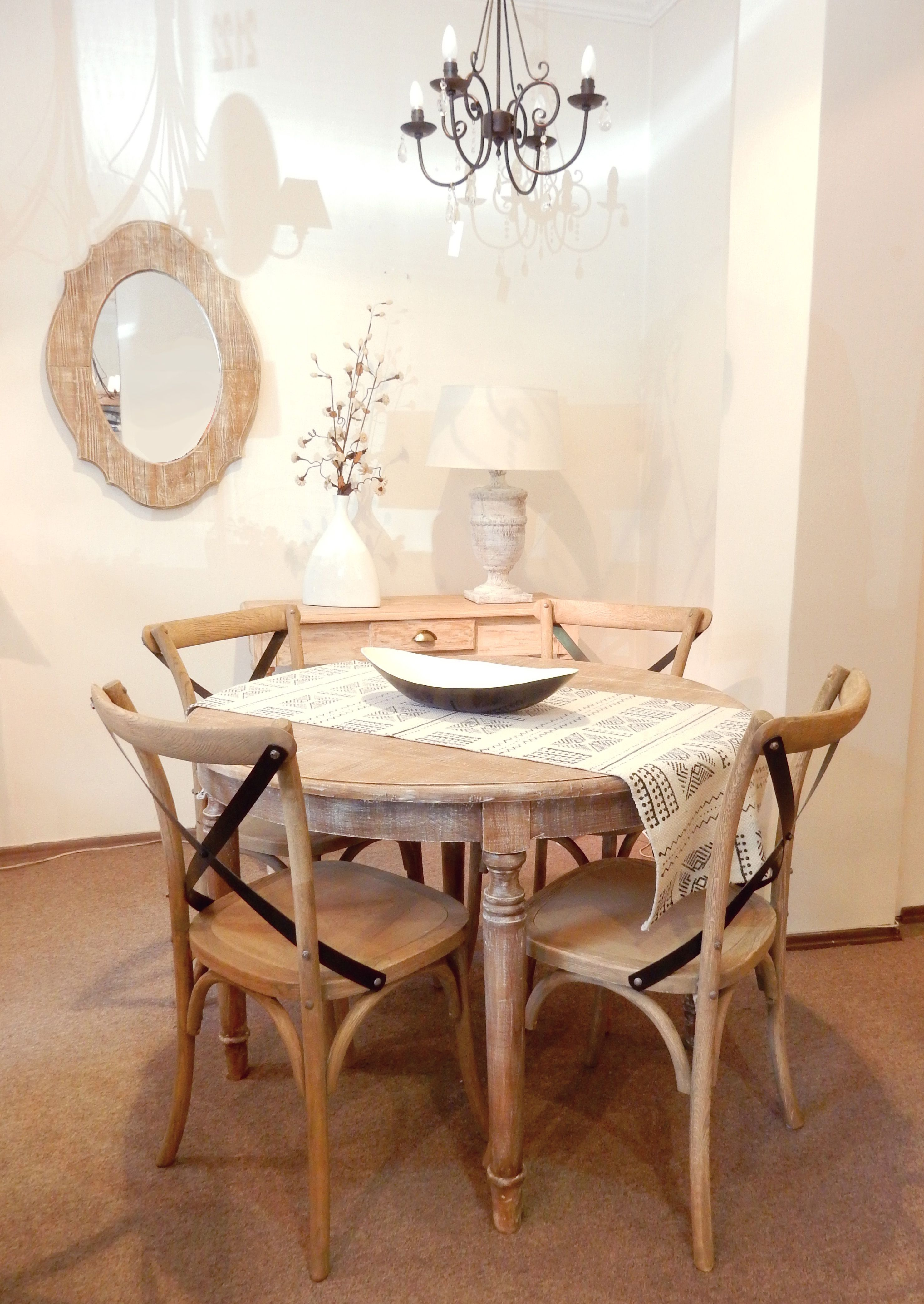 Mesa redonda Imperio con cuatro patas. Combinada con sillas Thonet ...