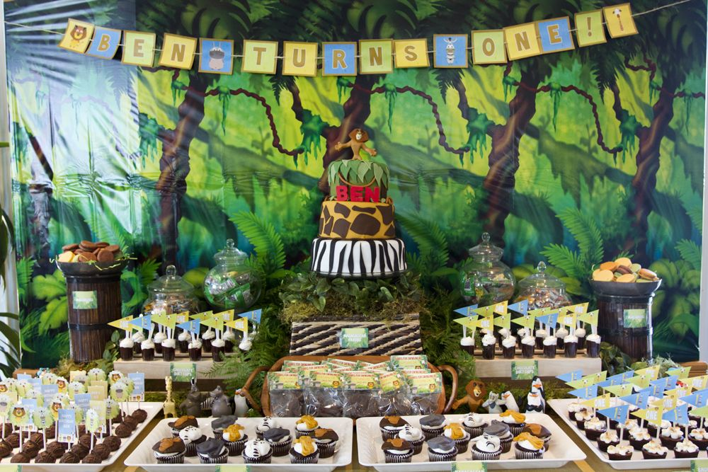 Madagascar jungle first birthday party dessert table for Table design jungle