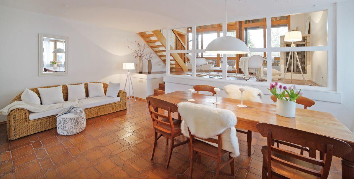 Attraktiv Rustikaler Landhausstil: Stube Mit Terracotta Fliesen Und Gemütlichen  Holzmöbeln