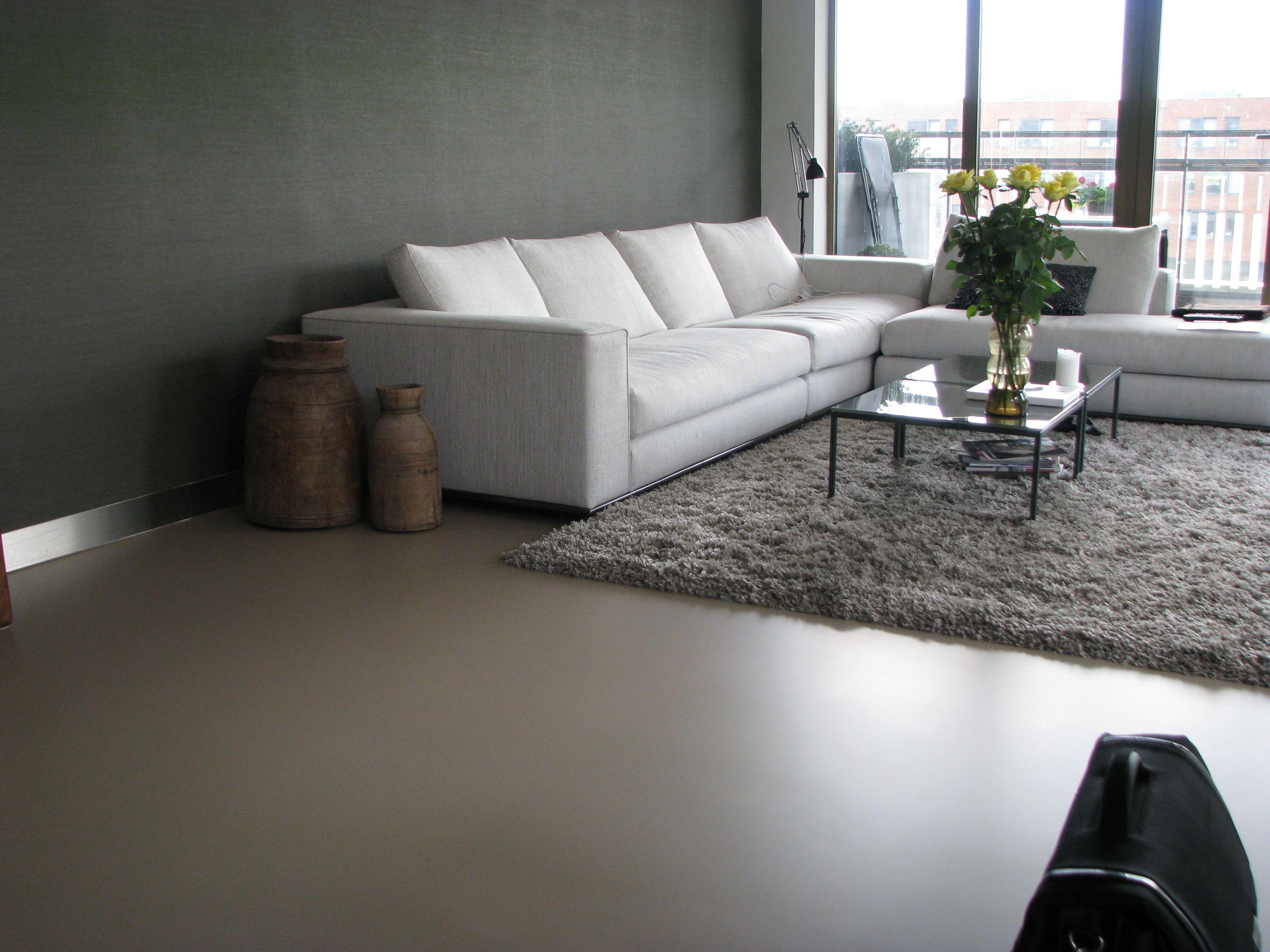 Exclusieve Gietvloer Woonkamer : Motion gietvloer met karpet. betonlook gietvloeren met een scherpe