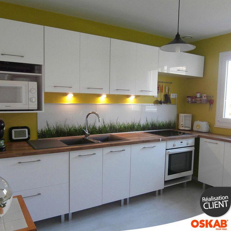 cuisine design blanche et bois nature et vitamin e implantation en l murs jaunes plan de