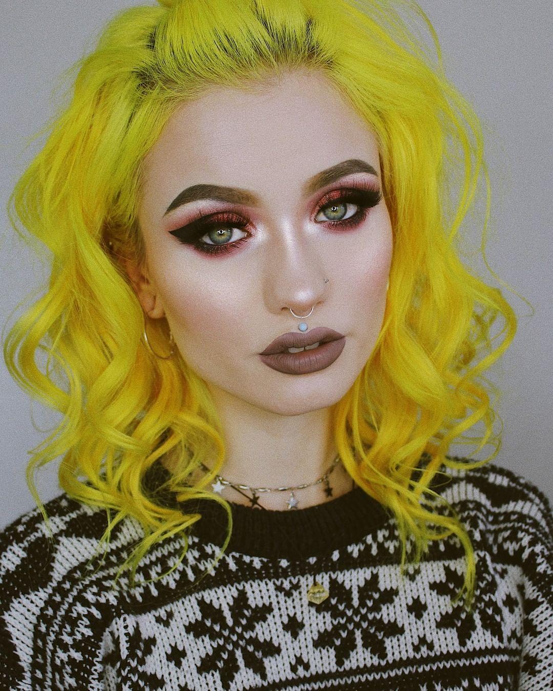Sn0ok S Signature Neon Yellow Hair Really Makes Those Green Eyes