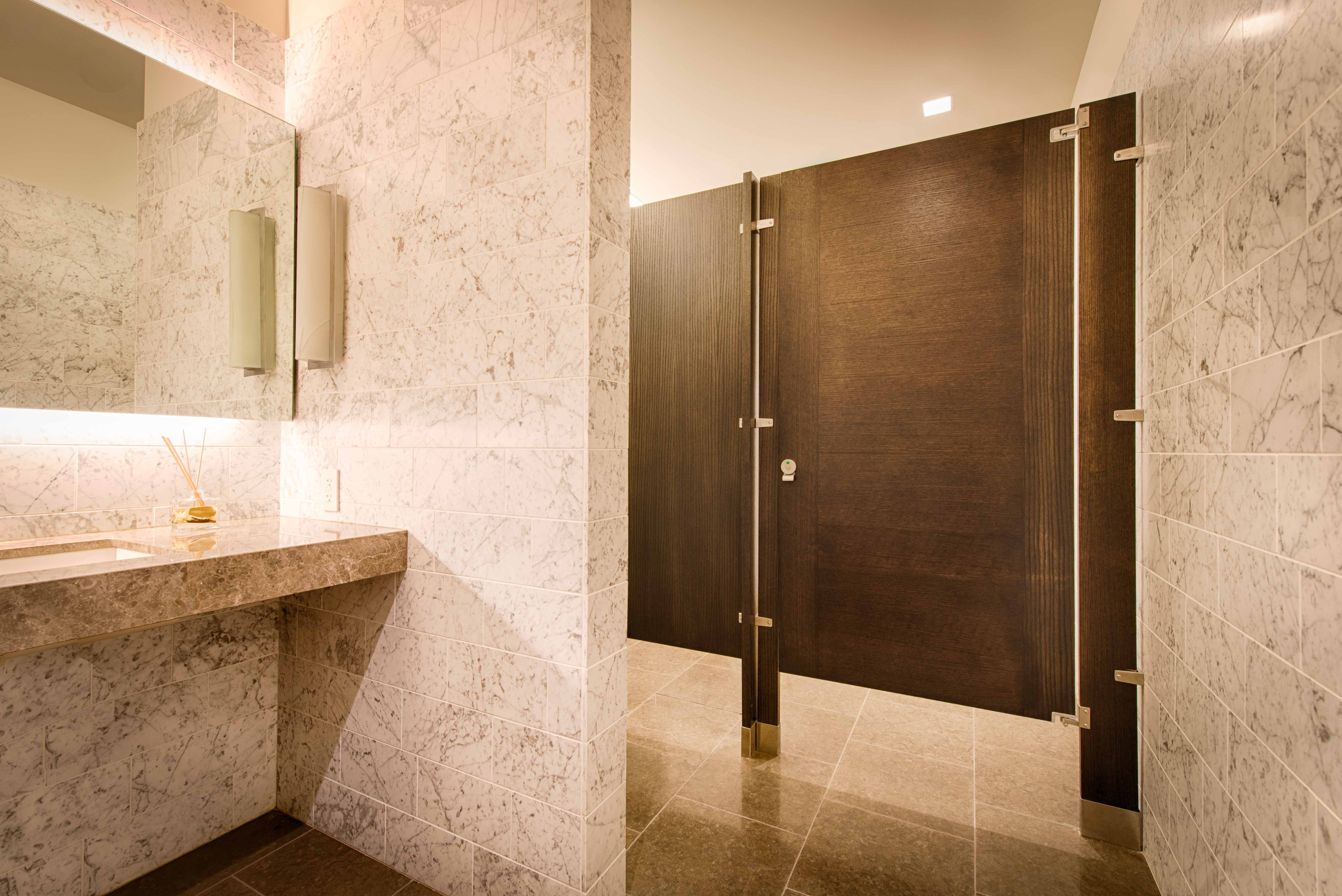 Ironwood Manufacturing Wood Veneer Toilet Partition And Bathroom Door With  Opposing Wood Grain Direction Combination.