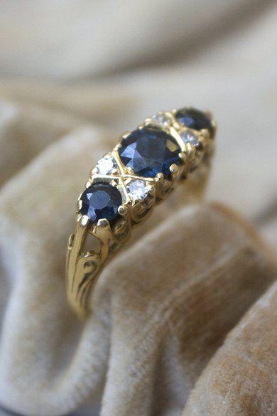 Ring i 18 k guld med safirer och diamanter