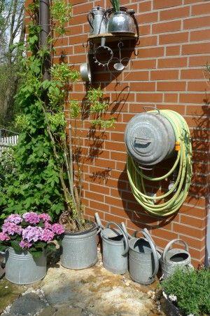 Wasserstelle im Garten   Garten ideen, Holzwand garten und ...