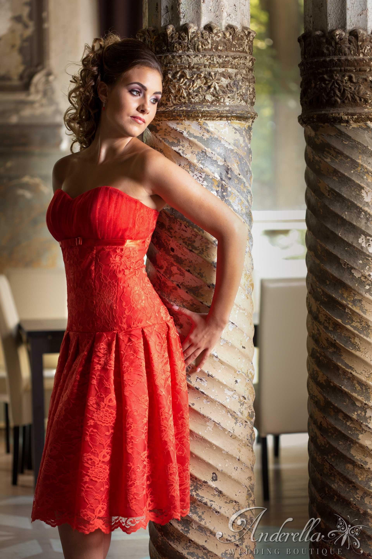 5619ebd29c Ejtett derekú menyecske ruha, gazdagon redőzött szoknya résszel. A teljes  ruhát gyönyörű piros csipke
