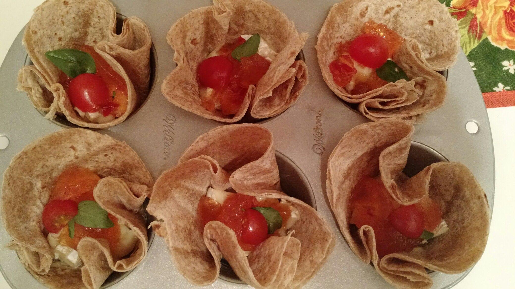 Cestinha de rap10 com queijo brie, geleia de pimenta, tomate cereja e manjericão