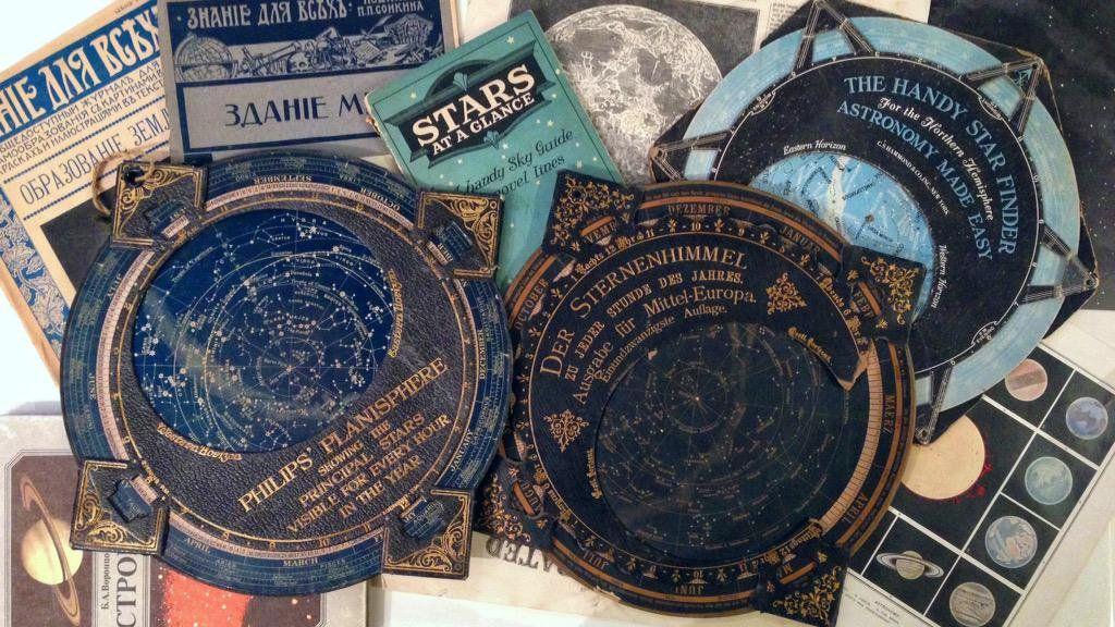 """メルキュール骨董店 on Twitter: """"京都ふるどうぐ市、2日とも並べきれない品物を順次補充します。1日目の天文系アイテムはこちら。星座早見盤3点ーーフィリップス社製、ドイツ製(破損あり)、アメリカ製。天文図版、本、カード類などもまだまだございます。 http://t.co/eCOOEoIsug"""""""