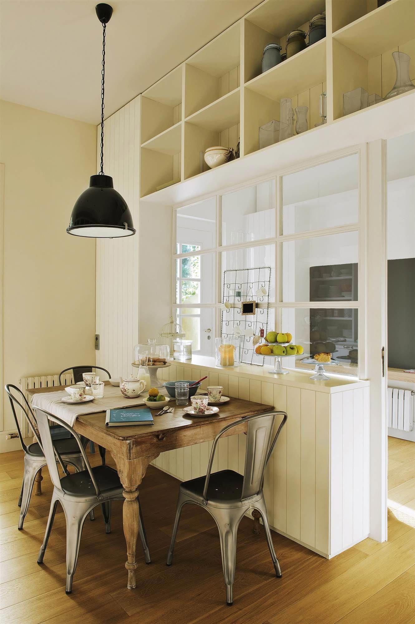 Comedor con mesa de maderas, lámpara de techo y sillas ...