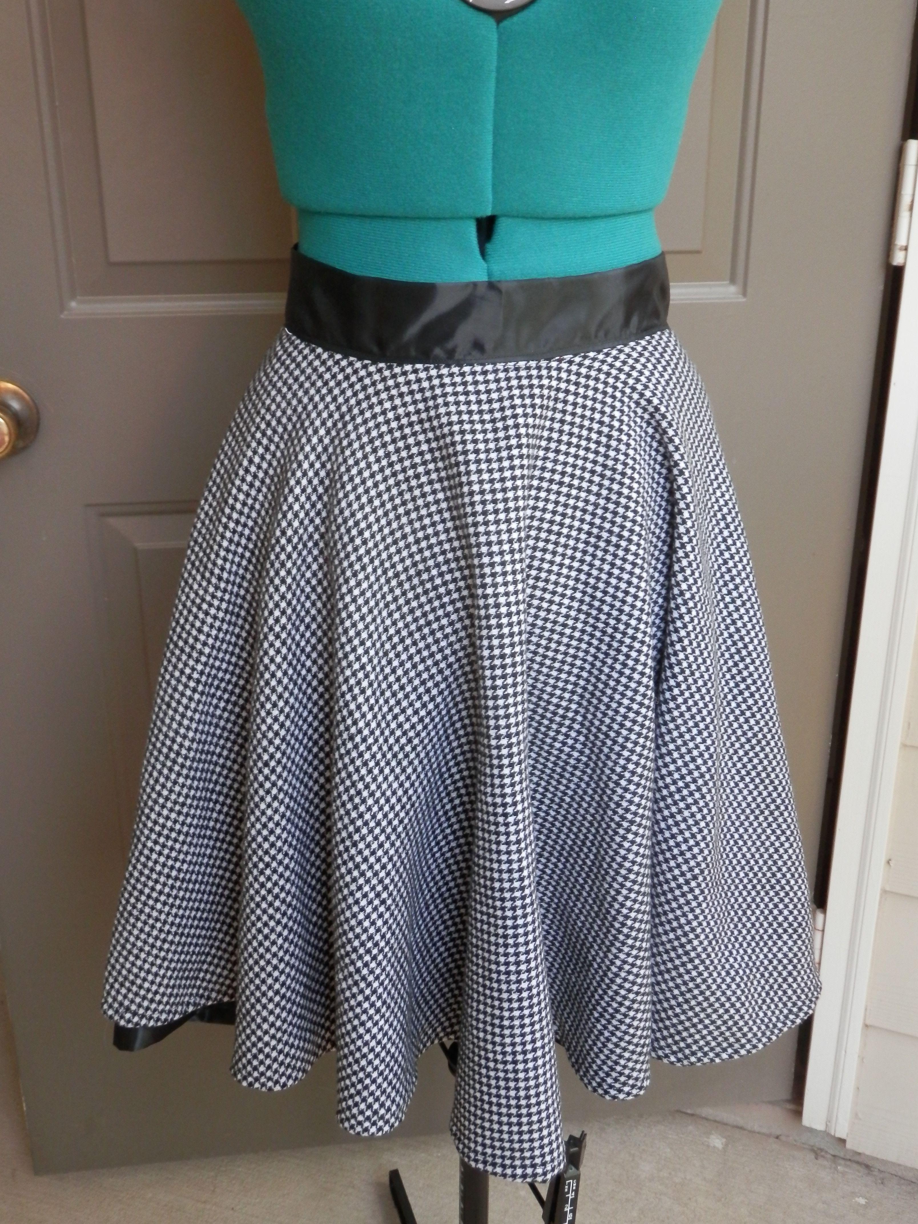 Circle skirt love! http://wesewretro.com/2014/08/black-and-white/