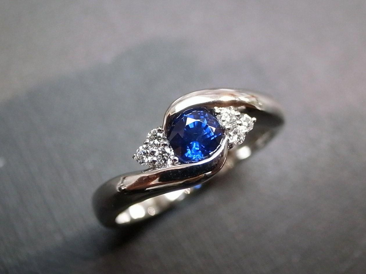 Diamonds wedding ring with blue sapphire in k white gold
