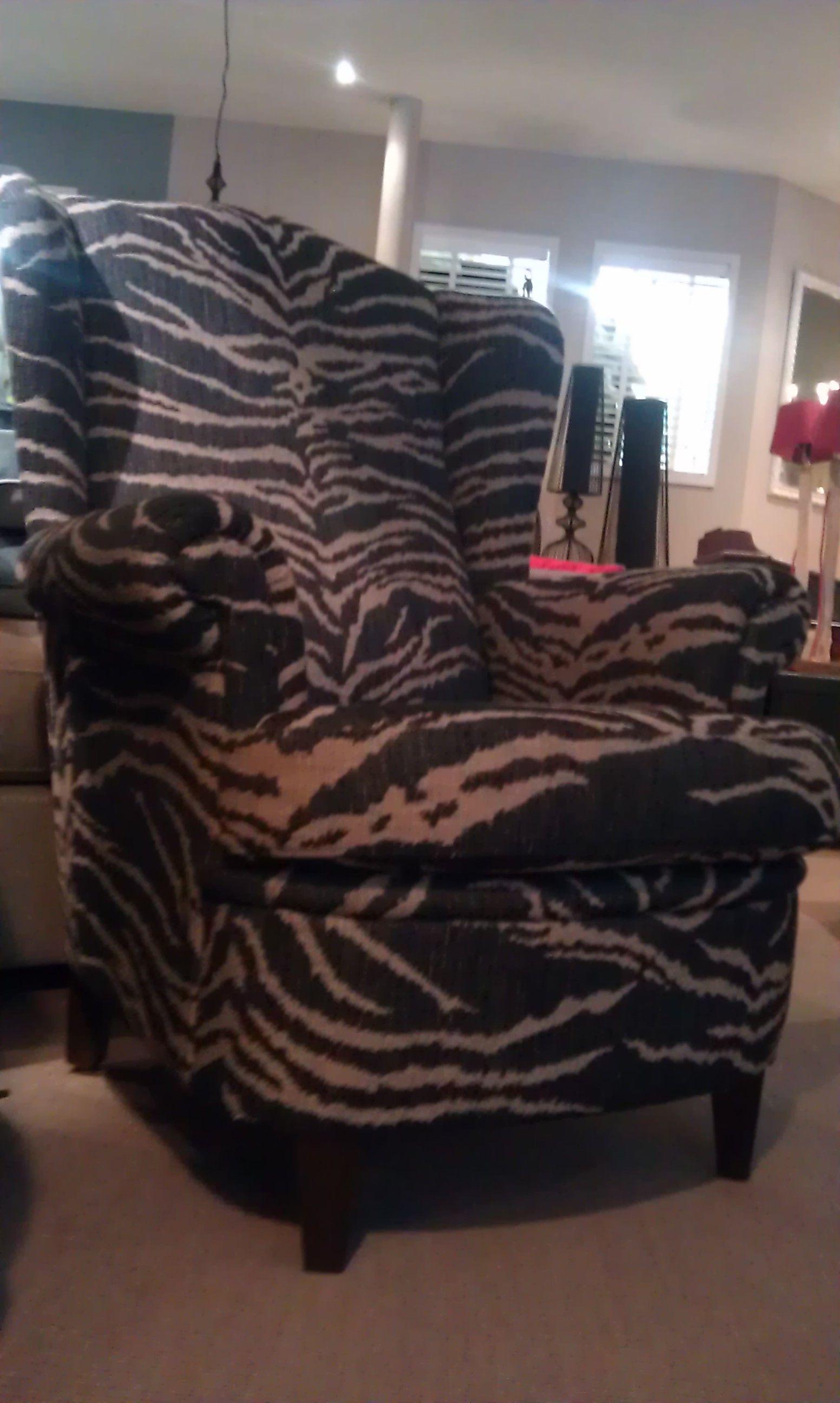 oude fauteul opnieuw gestoffeerd met een ruige zebra print