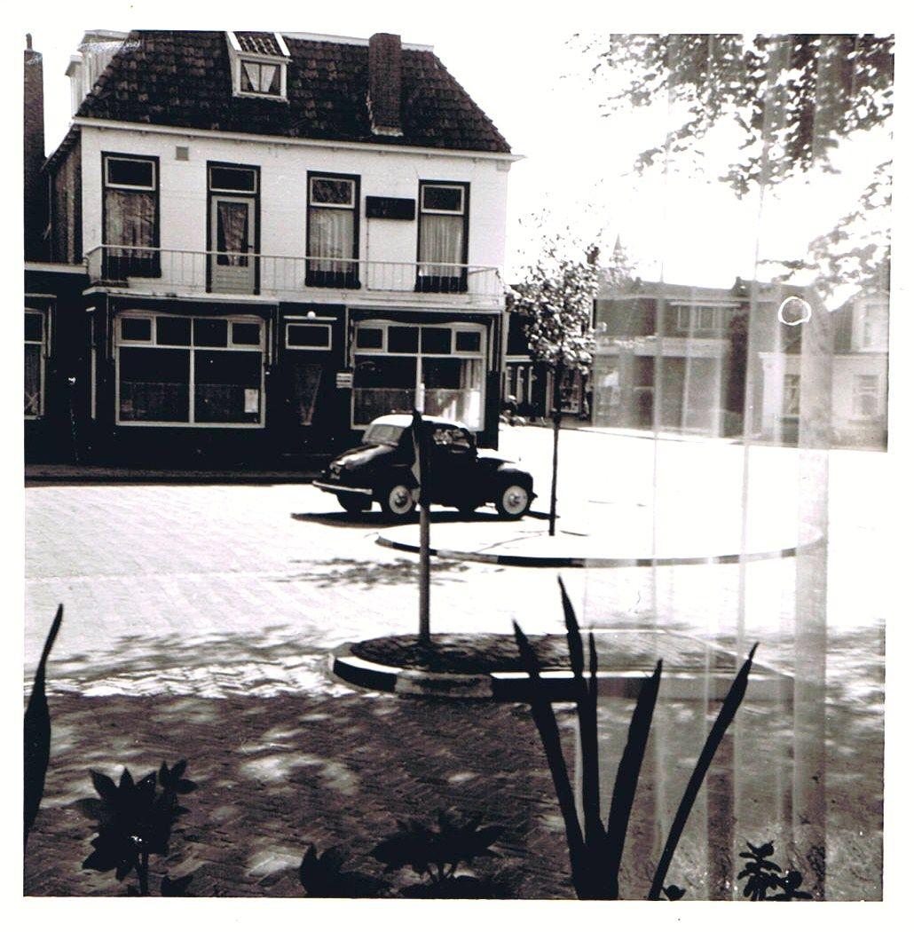 Auto van mijn broer Peter gezien vanuit onze woonkamer in april 1966. Fiat Topolina cabriolet 1953.