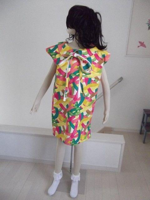 前から見ても後ろから見ても、ほぼ同じデザイン。ボタンもファスナーもなく、さっとかぶるだけで、素敵スタイル!こちらは、綿100%の帆布で作りました、フレンチ袖の... ハンドメイド、手作り、手仕事品の通販・販売・購入ならCreema。