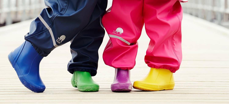 Op zoek naar rubberen regenlaarsjes voor jouw kind? De duurzaam geproduceerde regenlaarzen van Celavi zijn handgemaakt en van natuurrubberen hebben een unieke pasvorm, waardoor de laarsjes bij rennen en schommelen niet meer spontaan van de voetjes vliegen