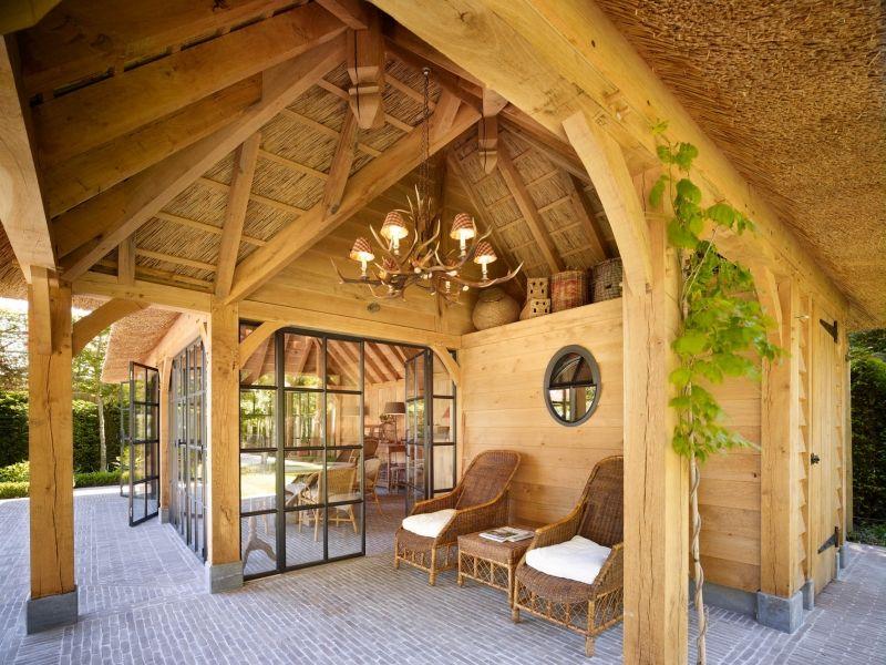 Binnenkijken in interieur. eiken poolhouse. eikenhouten poolhouse